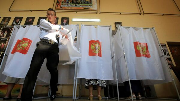 A Russian navy serviceman walks out of a voting booth at a polling station during the Russian parliamentary election in Sevastopol, Crimea, September 18, 2016. - Sputnik Italia