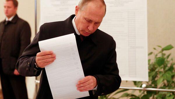 Президент России Владимир Путин на избирательном участке в Москве - Sputnik Italia