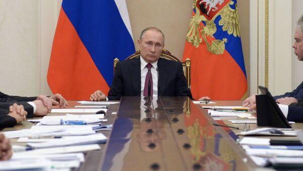 Президент РФ Владимир Путин проводит в Кремле совещание с членами правительства РФ - Sputnik Italia