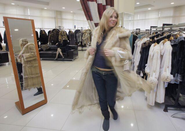 Una ragazza si misura una pelliccia