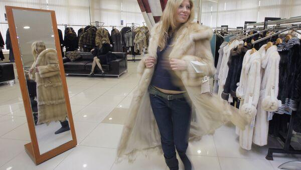 Una ragazza si misura una pelliccia - Sputnik Italia