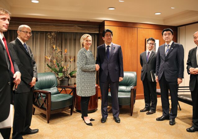 Hillary Clinton incontra il primo ministro nipponico Shinzo Abe