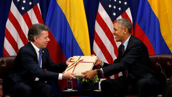 U.S. President Barack Obama receives a copy of the Colombian peace agreement during his meeting with Colombian President Juan Manual Santos in New York September 21, 2016 - Sputnik Italia