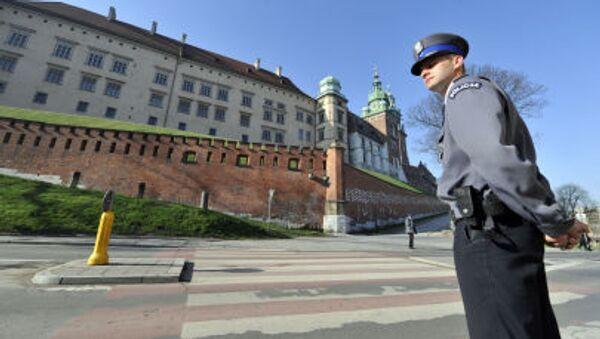 Польский полицейский стоит на страже перед Вавельским собором - Sputnik Italia