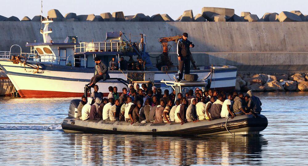 Migranti su una delle tante carrette del mare in navigazione nel mare tra la Libia e l'Italia.