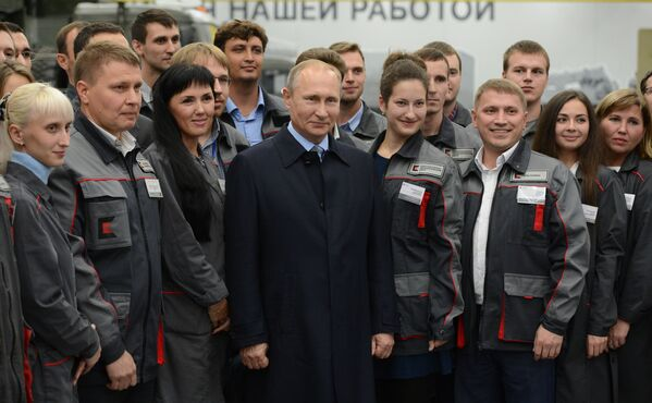 Il presidente russo Vladimir Putin parla con lo staff della Società Kalashnikov ad Izhevsk, Russia. - Sputnik Italia