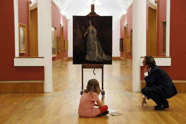 La galleria Tate Britain, il direttore Alex Farquharson con sua figlia Stella. - Sputnik Italia