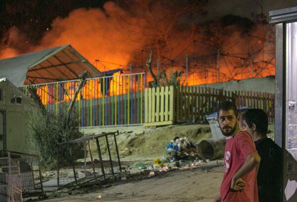 L'incendio in un campo di profughi a Lesbos. - Sputnik Italia