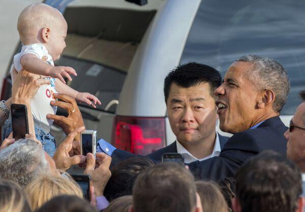Il presidente degli USA guarda ad un bambino a New York. - Sputnik Italia