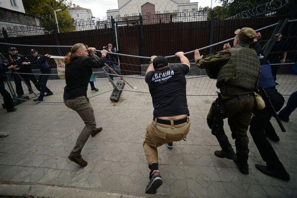 Le proteste nei pressi dell'ambasciata russa in Ucraina. - Sputnik Italia