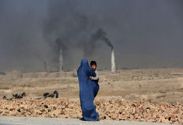 Una donna con il suo bambino a Kabul, Afghanistan. - Sputnik Italia