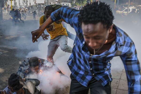 Gli studenti dell'università di Witwatersrand scappano dalla polizia che spara i protestanti con proiettili di gomma a Johannesburg, Sudafrica. - Sputnik Italia