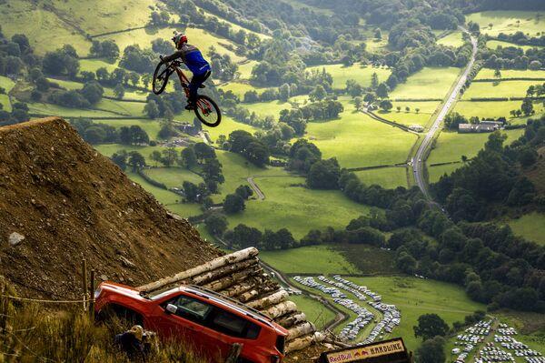 Il ciclista Al Bond durante il campionato Red Bull Hardline in Gran Bretagna. - Sputnik Italia