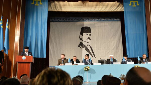 Head of Mejlis of Crimean Tatar people Refat Chubarov, left, at the rostrum, speaks at an extraordinary session of the Kurultay (meeting) of the Crimean Tatar People in Bakhchysarai - Sputnik Italia