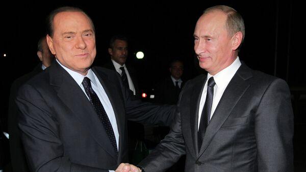 Russian Prime Minister Vladimir Putin (right) meets his Italian counterpart Silvio Berlusconi (left), 2010 - Sputnik Italia