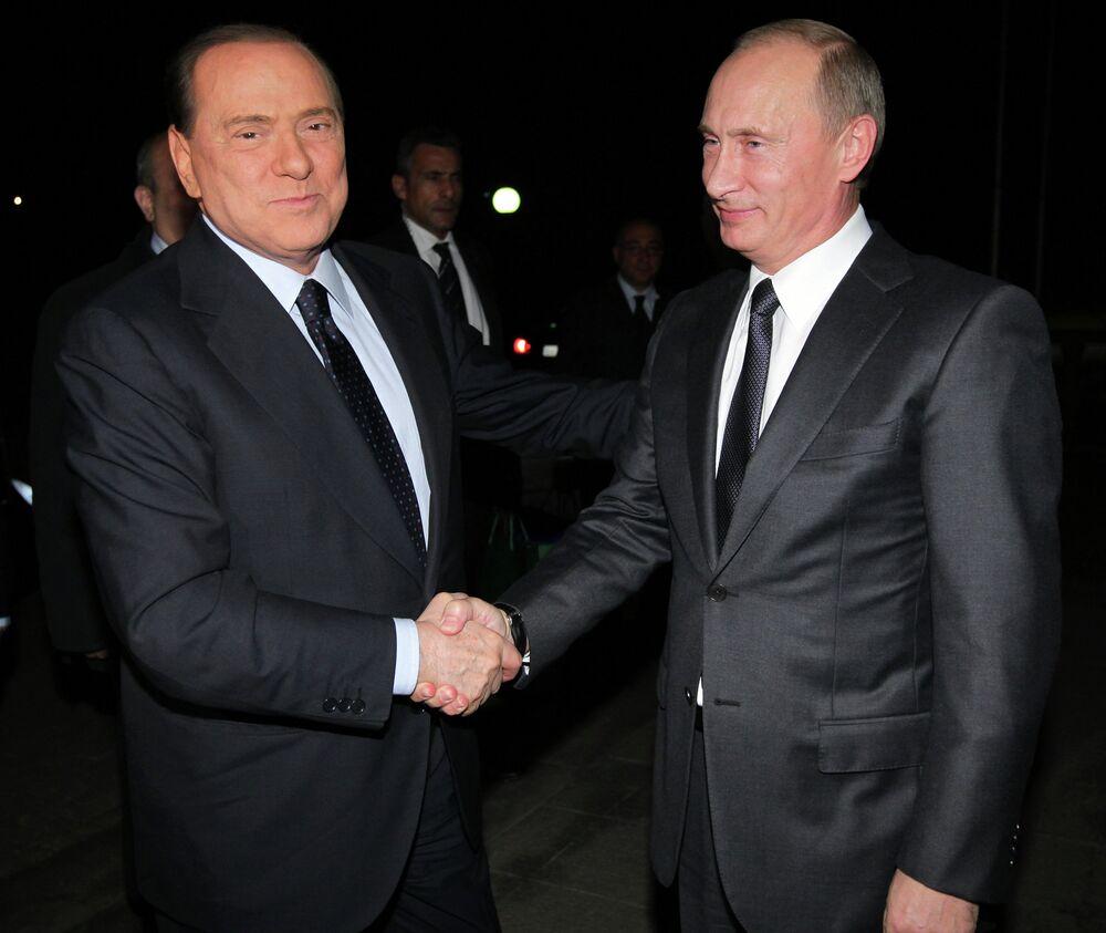 Vladimir Putin e Silvio Berlusconi durante un incontro ufficiale, 2010