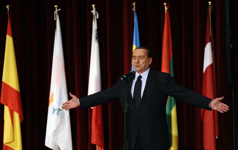 Ecco il famoso politico italiano sul palcoscenico dell'accademia della Guardia di Finanza all'Aquila.