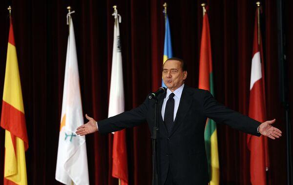 Ecco il famoso politico italiano sul palcoscenico dell'accademia della Guardia di Finanza all'Aquila. - Sputnik Italia