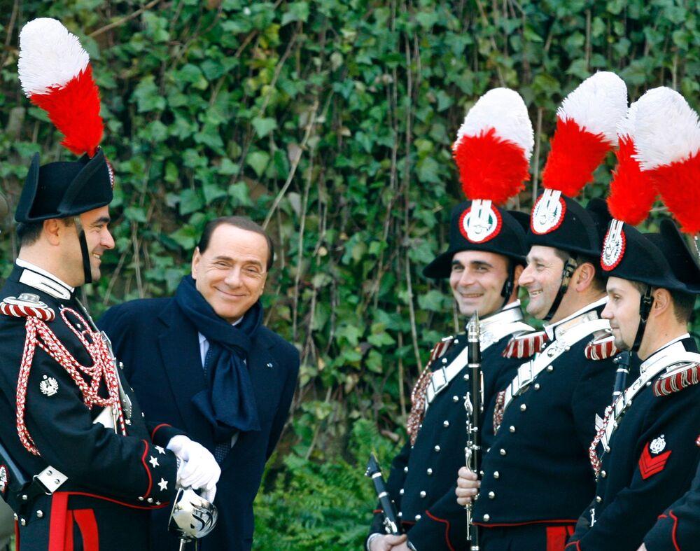 Silvio Berlusconi parla con i carabinieri a Villa Madama.