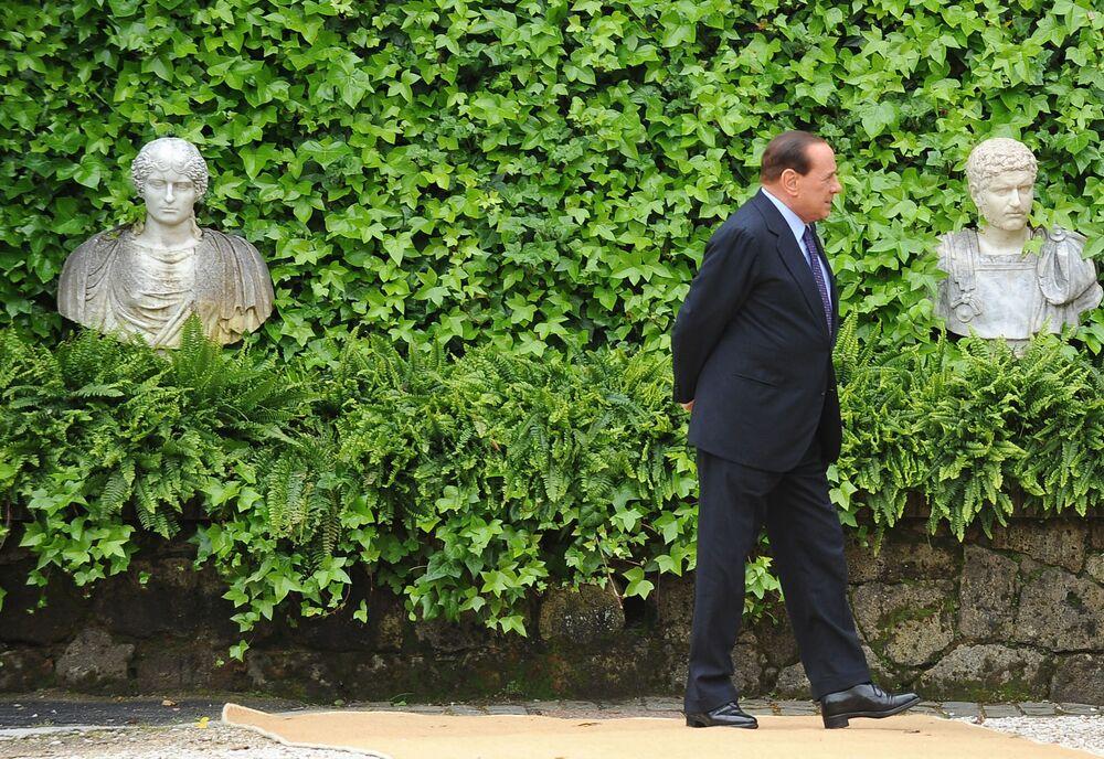 Silvio Berlusconi aspetta il arrivo dell'emiro di Kuwait per un incontro a Villa Madama, 2010.