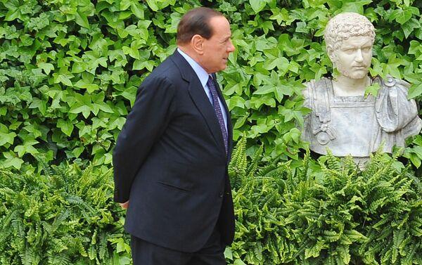 Silvio Berlusconi aspetta il arrivo dell'emiro di Kuwait per un intervento a Villa Madama, 2010 - Sputnik Italia