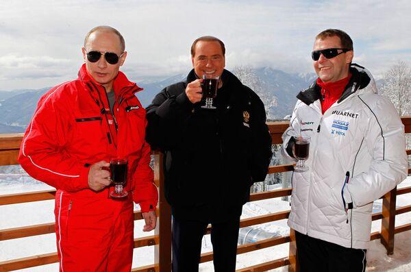 Silvio Berlusconi, Vladimir Putin e Dmitry Medvedev a Sochi, 2012 - Sputnik Italia