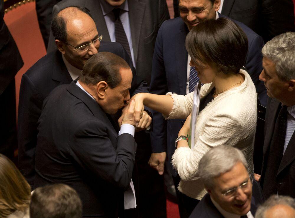 L'ex premier bacia la mano dell'ex ministro delle politiche agricole alimentari e forestali Nunzia De Girolamo.