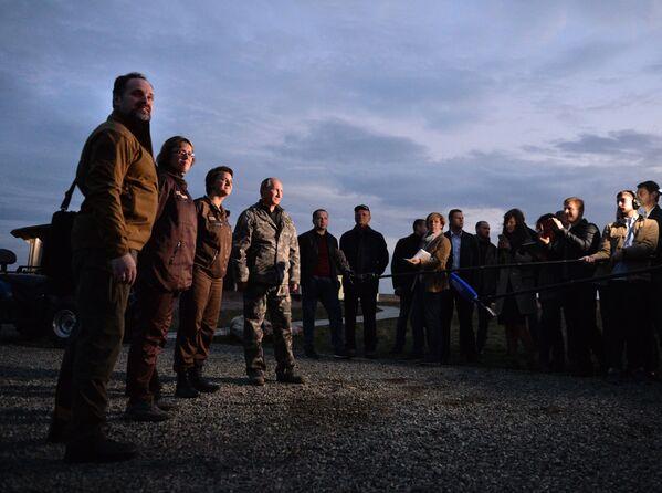 Vladimir Putin durante la sua visita del Centro del ripopolamento dei cavalli di Przewalski. - Sputnik Italia