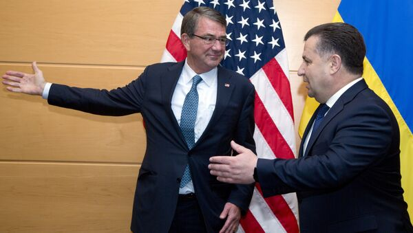 US Secretary of Defence Ash Carter (L) welcomes Ukraine's Defence Minister Stepan Poltorak (R) prior to a meeting at NATO headquarters in Brussels on June 15, 2016 - Sputnik Italia