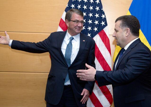 Segretario della Difesa USA Ash Carter e ministro della Difesa ucraino Stepan Poltorak
