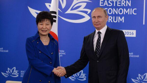 Presidente russo Vladimir Putin durante l'incontro con presidente sudcoreano Park Geun-hye nel quadro del Forum Economico Orientale - Sputnik Italia