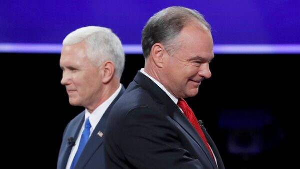 Democratic U.S. vice presidential nominee Senator Tim Kaine and Republican U.S. vice presidential nominee Governor Mike Pence (L) pass each other after the conclusion of their vice presidential debate at Longwood University in Farmville, Virginia, U.S., October 4, 2016. - Sputnik Italia