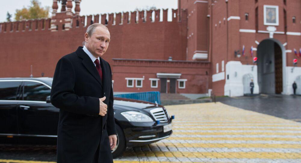Президент РФ Владимир Путин перед началом церемонии возложения цветов к памятнику Кузьме Минину и Дмитрию Пожарскому на Красной площади