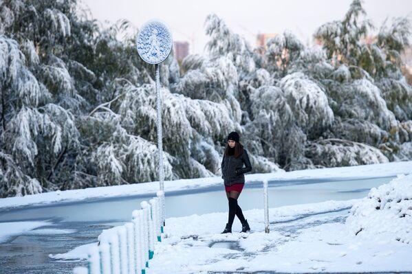 Una ragazza durante la nevicata nella città russa di Omsk. - Sputnik Italia