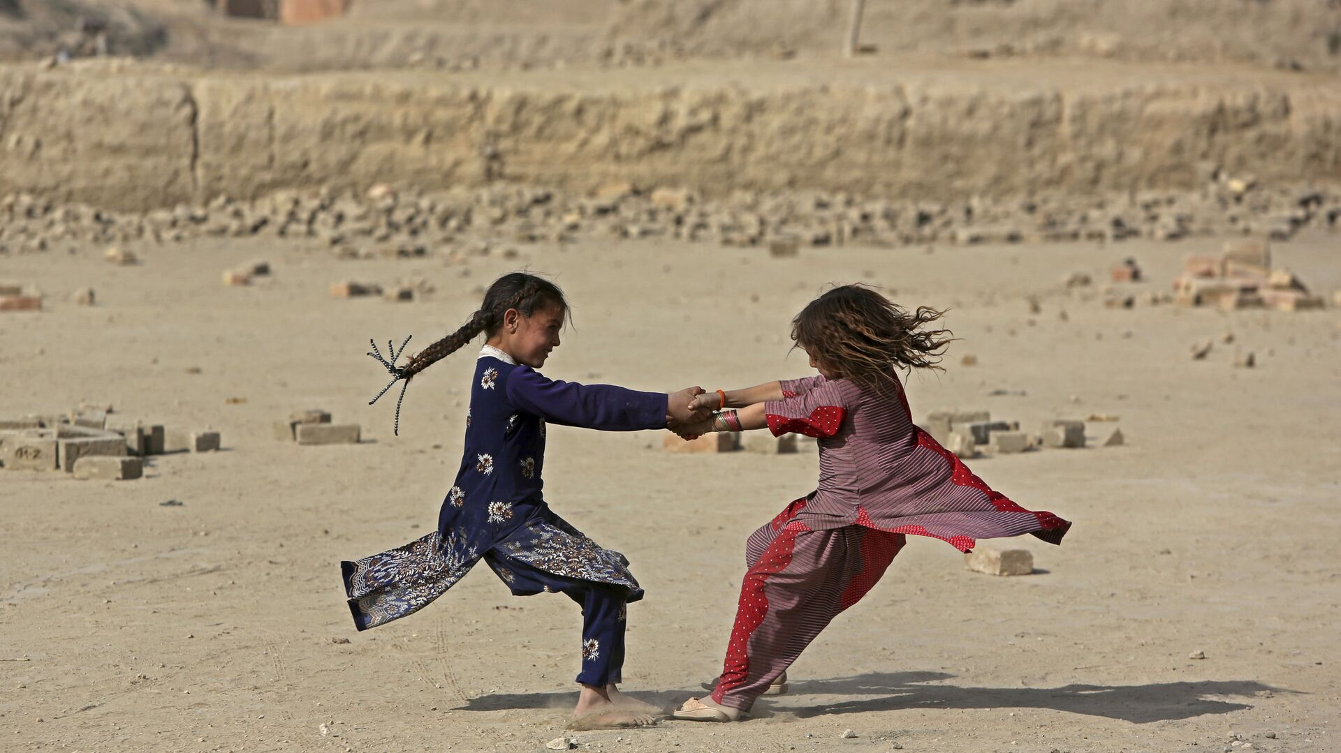 Bambine afghane giocano in periferia di Kabul, Afghanistan - Sputnik Italia, 1920, 04.09.2021