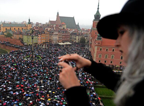 Donne protestano contro il divieto di aborti in piazza a Varsavia, Polonia - Sputnik Italia