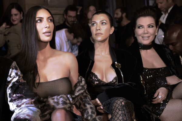 Kim Kardashian con le sorelle alla sfilata Off-white primavera/estate 2017 a Parigi - Sputnik Italia