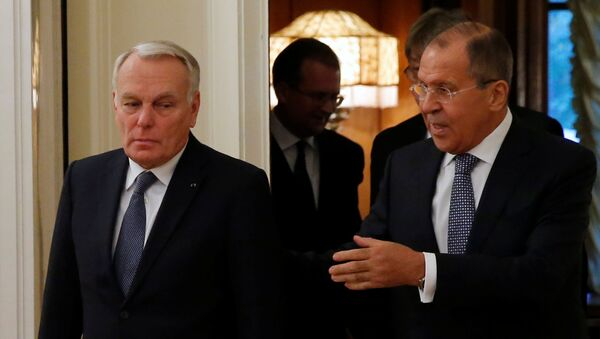 Russian Foreign Minister Sergei Lavrov (R) and French Foreign Minister Jean-Marc Ayrault enter a hall during their meeting in Moscow, Russia, October 6, 2016. - Sputnik Italia