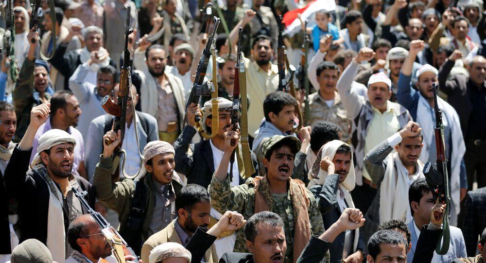 Manifestanti Huthi presso gli uffici dell'ONU in Yemen