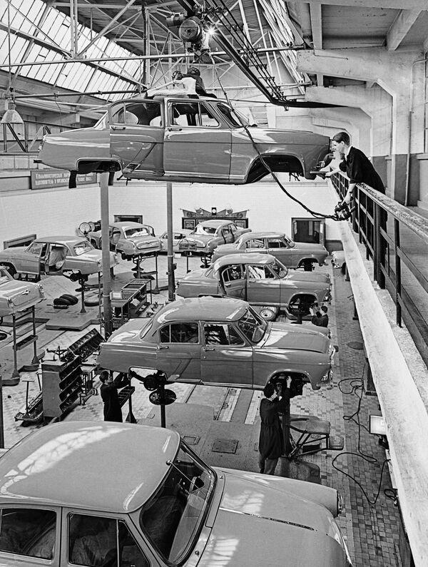 GAZ-21 Volga, i 60 anni dell'auto russa diventata leggenda - Sputnik Italia