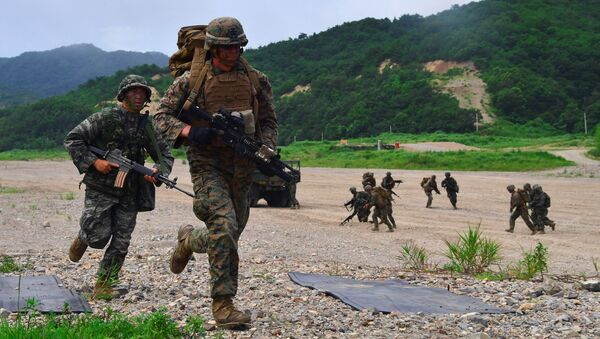 South Korea and US Marines run to a position during a joint military drill at a fire training field in the southeastern port of Pohang on July 6, 2016 - Sputnik Italia