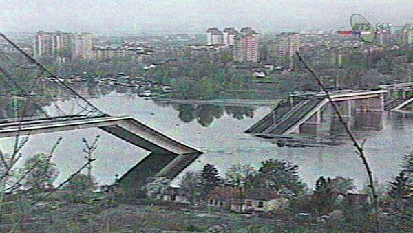 Un fotogramma televisivo che illustra il bombardamento NATO del 4 aprile 1999 a Novi Sad. - Sputnik Italia