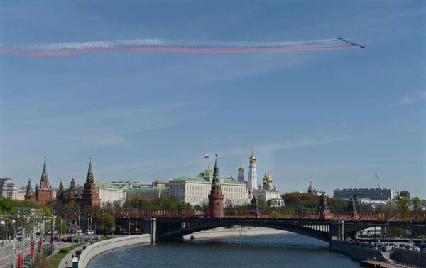 I caccia Sukhoi Su-25 solcano il cielo del centro di Mosca durante la Parata della Vittoria 2016 - Sputnik Italia