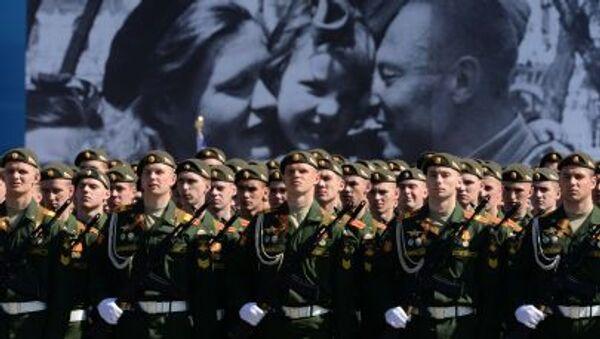 Военнослужащие парадных расчетов во время генеральной репетиции военного парада в ознаменование 70-летия Победы в Великой Отечественной войне 1941-1945 годов - Sputnik Italia