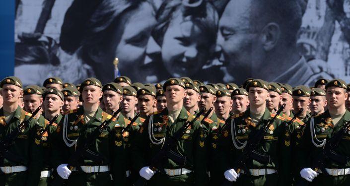 Soldati russi in alta uniforme alle prove della Parata della Vittoria.