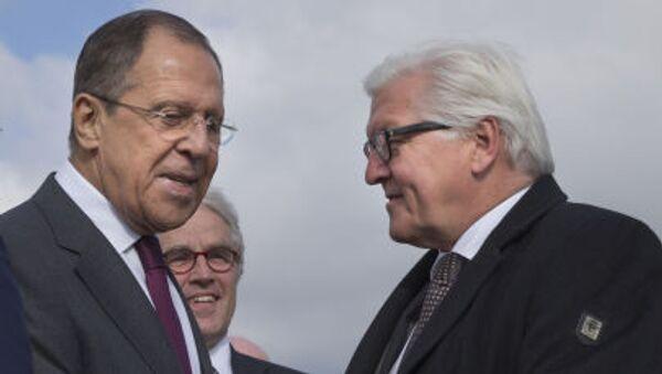 Министр иностранных дел России Сергей Лавров приветствует министра иностранных дел Германии Франка-Вальтера Штайнмайера в аэропорту Волгограда - Sputnik Italia