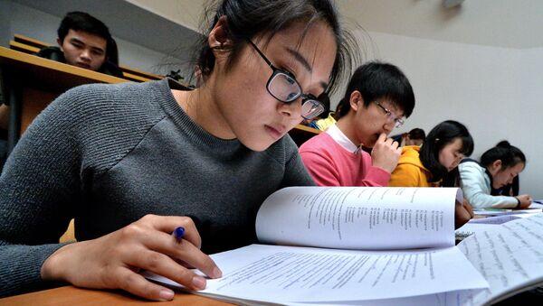 Una studentessa straniera dell'Università di Vladivostok durante la prova di dettato in russo - Sputnik Italia