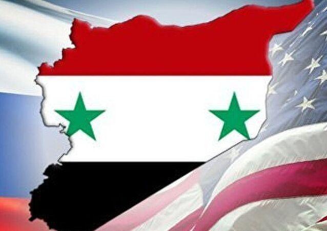 Collage tra bandiere di Siria, Russia e USA