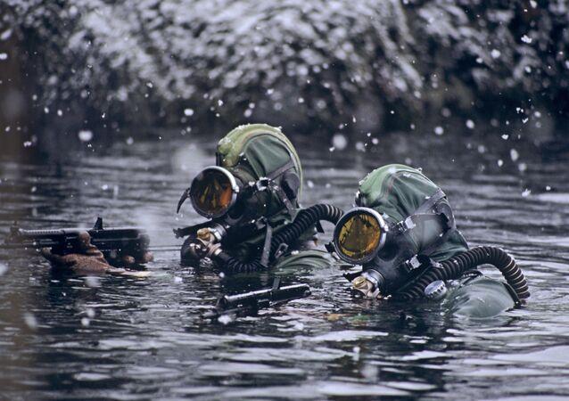 Soldati delle Forze Speciali russe in un'esercitazioni nel mare di Barents