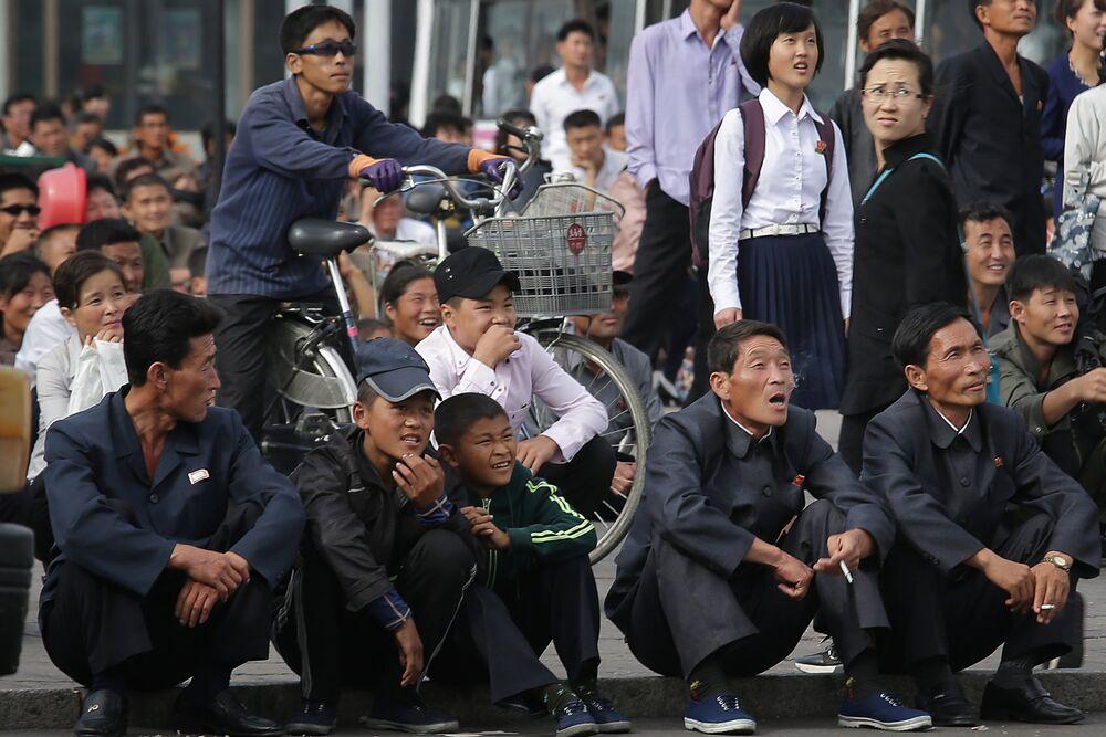 Volti e scene di vita quotidiana a Pyongyang.